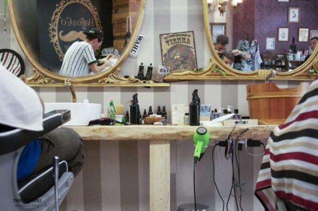 Bancone da lavoro per parrucchiere in legno massello montato