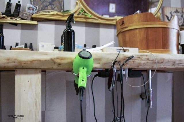 Dettaglio del piano in legno di cirmolo con accessori appesi