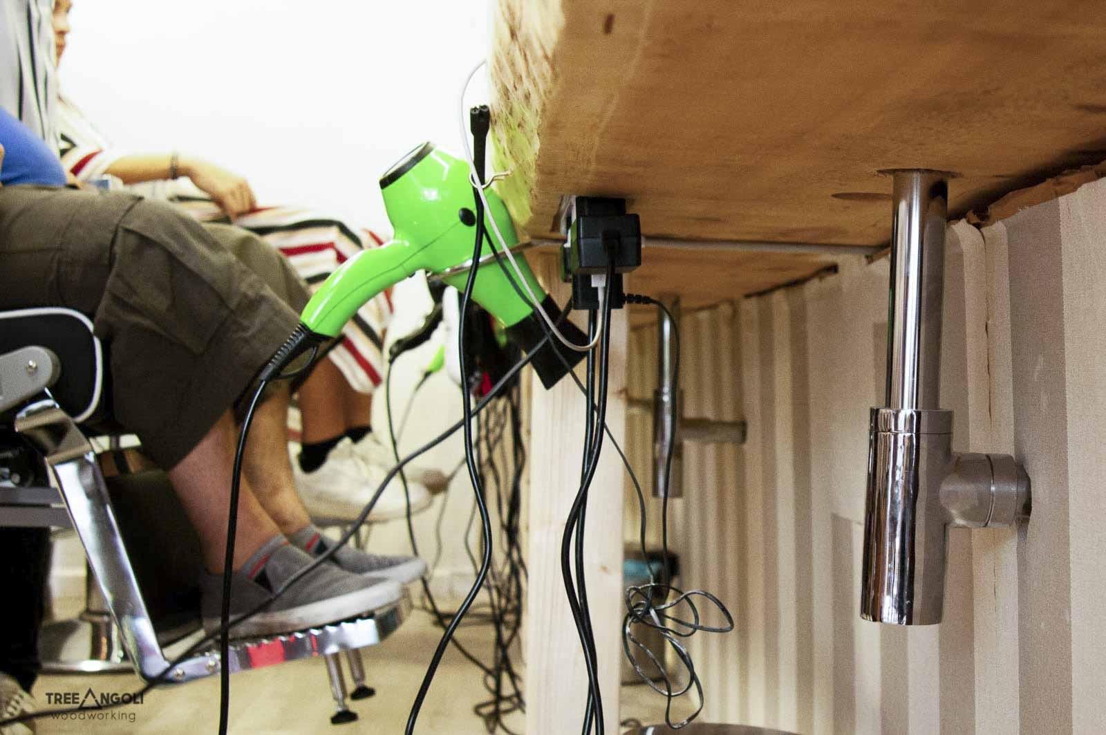 Dettaglio parte inferiore del piano di lavoro con scasso per presa multipla e scarico lavandini
