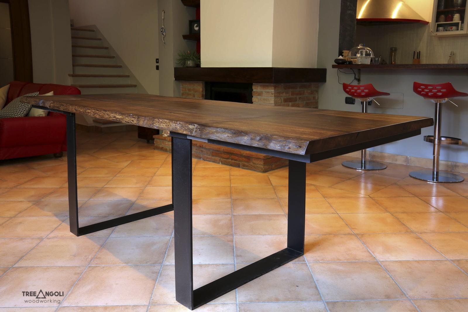 Tavolo in legno e ferro con allunghi