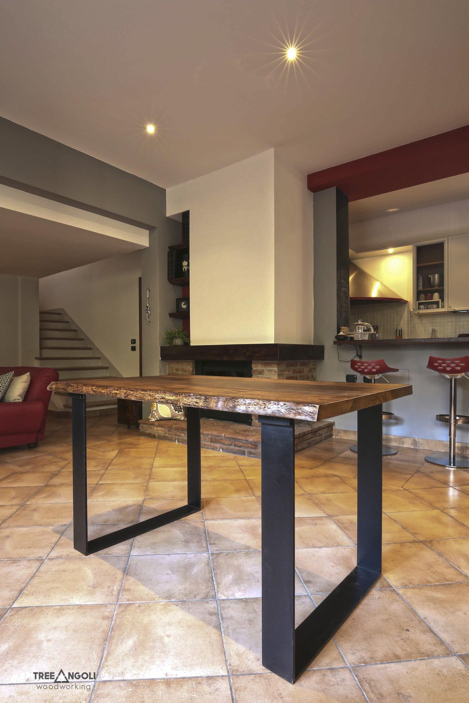 Tavolo in legno massello e ferro con allunghi chiusi