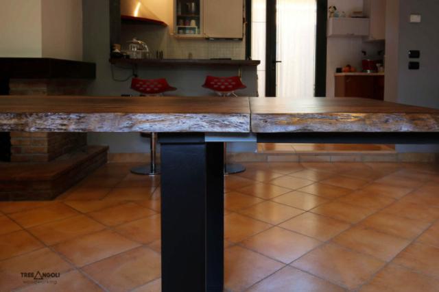 Dettaglio del piano e del meccanismo degli allunghi del tavolo