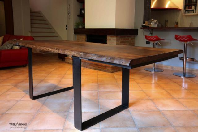 Tavolo in legno massello e ferro con allunghi aperti