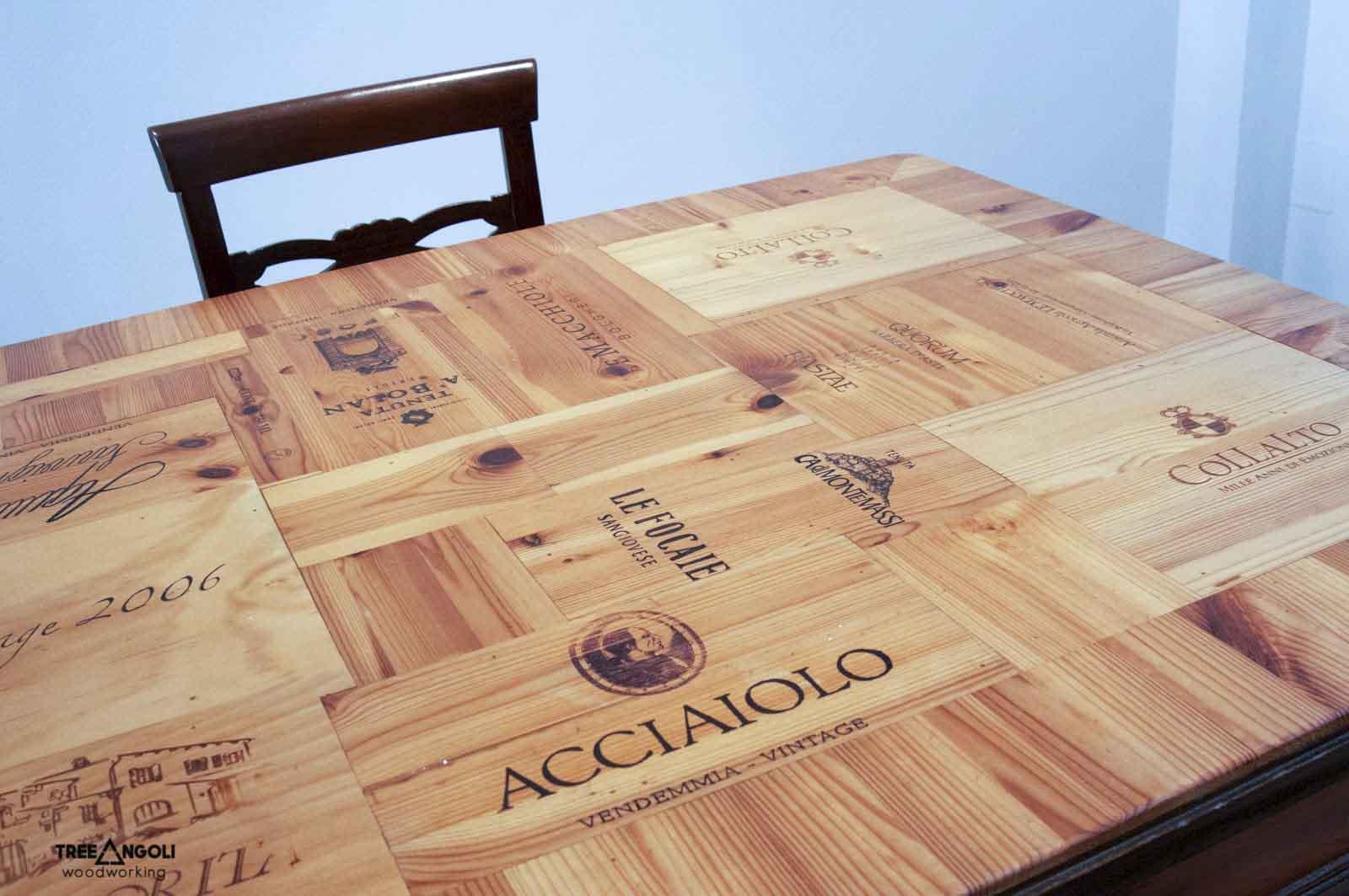 Dettaglio piano tavolo con casse di vino