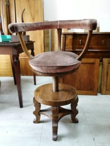Restauro poltrona in legno e rifacimento tappezzeria